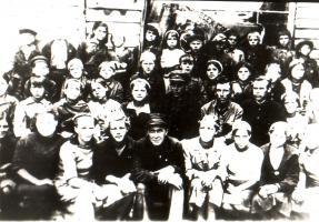 Группа рабочих тарного цеха Мичуринских литейно-механических мастерских, эвакуированных в г. Новосибирск и награждённых за ударный труд переходящим Красным Знаменем. Во втором ряду третий справа – начальник мастерских В.А. Циванин. 1943 г.