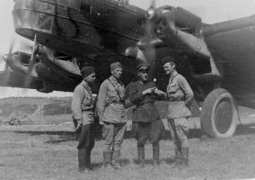Заместитель командира эскадрильи 325-го авиационного полка майор Катаев Владимир Михайлович с экипажем перед вылетом на задание. 1943 г.