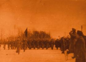 Подразделение действующей армии, в котором служил поручик Пантелин Н.Ф., проходит торжественным маршем перед жителями населённого пункта, где оно было расквартировано.1916 г. Коллекция ф/д. Оп. 4. Ед.хр. 449