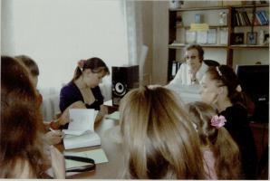 Занятия В.Т. Дорожкиной с одарёнными детьми в Сатинской библиотеке Сампурского района. Апрель 2009 г.