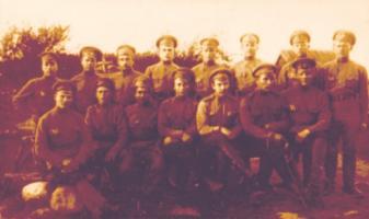 Поручик Пантелин Н.Ф. (в первом ряду третий слева) с группой сослуживцев. 1917 г. Коллекция ф/д. Оп. 4. Ед.хр. 450