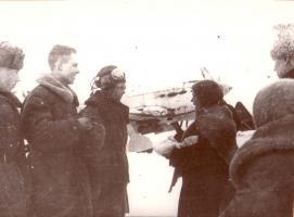 Делегация тамбовских колхозников на митинге во время передачи воинской части самолётов и подарков для бойцов. Декабрь 1942 г.