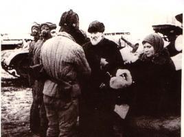 Вручение подарков от колхозников Тамбовской области танкистам Н-ской части. Декабрь 1942 г.