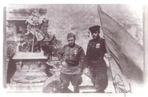 Участник боёв за Берлин, кавалер двух орденов Красной Звезды, В.И. Рубцов на крыше поверженного Рейхстага. Май 1945 г.