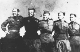 Группа демобилизованных солдат – работников тамбовского завода «Комсомолец», вернувшихся с фронта. 1945 г.