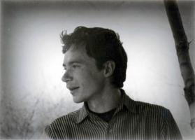 Павел Васильевич Петручук (р. 1942) – профессиональный фотограф, участник областных и Всероссийских фотоконкурсов, в 1968 году окончил курсы фотографов, несколько лет работал в городских фотоателье, с 1971 года – в Тамбовском областном краеведческом музее. Автопортрет в возрасте 30 лет