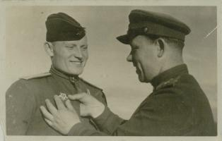 Вручение Я.Н. Орлову Ордена Отечественной войны I степени. Июнь 1944 г. Ф. Р-5404. Оп. 1. Д. 19. Л. 11
