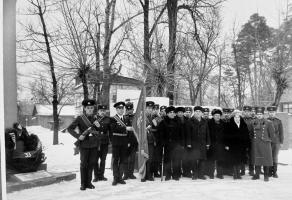 Ветераны Великой Отечественной войны с солдатами Тамбовского гарнизона, на месте формирования 33-й гвардейской дивизии. А.Ю. Завадский – в первом ряду, четвертый справа. Февраль 1985 г. Ф. Р-129. Оп. 1. Д. 132