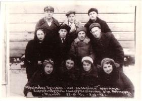 Фронтовая бригада художественной самодеятельности тамбовского завода «Революционный труд» после выступления в воинских частях Юго-Западного фронта. 8 января 1942 г.
