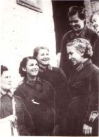 Сандружинницы Тамбовской области накануне отправки на фронт перед зданием областного комитета общества Красного Креста. Сентябрь 1941 г.