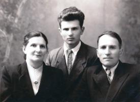 Александр Степанович Чернов с родителями – Александрой Васильевной и Степаном Андреевичем. 1957 г.