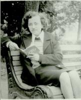 Валентина Тихоновна Дорожкина с первым своим поэтическим сборником «Причастность». 1978 г.