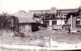 Здание горкомхоза на ул. Интернациональной, 83 г. Тамбова, сгоревшее от попадания зажигательных бомб, и одно из зданий завода «Ревтруд», повреждённое фугасными бомбами при налёте немецкой авиации 29 июня 1942 г.