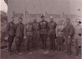 Герой Советского Союза Алексей Алексеевич Аскаров (1901-1971), сапёр 1031 стрелкового полка (60-я армия, Центральный фронт) с однополчанами (6-й справа). После войны жил в Тамбове. 1945 г.