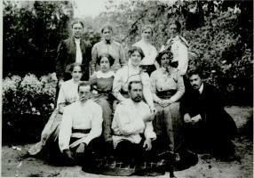 Родители В.В. Жданова в группе друзей в Тамбове. В первом нижнем ряду второй слева – отец, В.В. Жданов, в среднем ряду третья слева – мать, З.В. Жданова. Ранее 1917 г.
